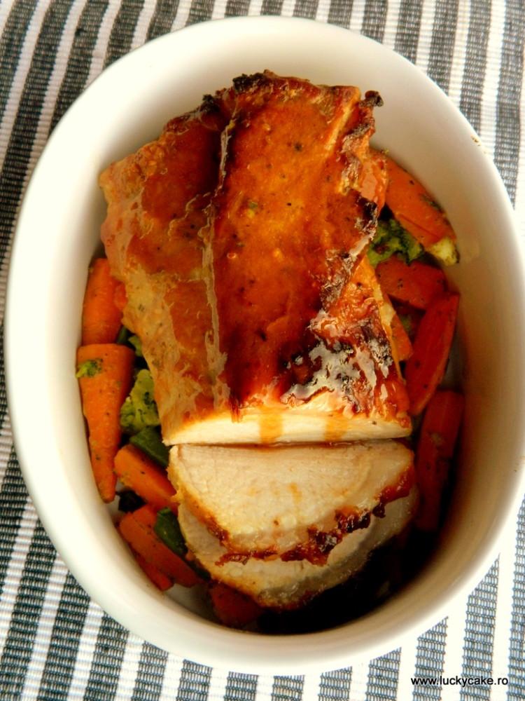 Cotlet glazurat cu morcovi si broccoli