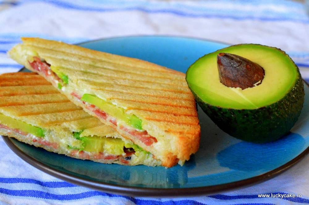 Sandwich cald cu avocado