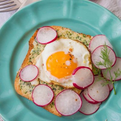 Mic dejun cu tartine aromate ridichi si oua