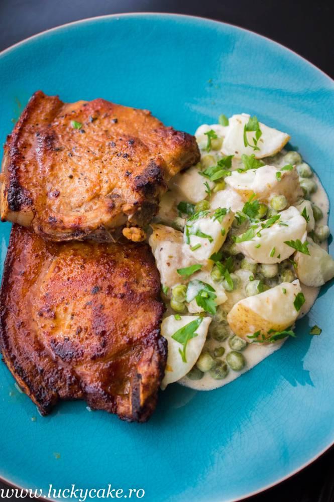 Cotlet de porc si cartofi cu mazare in sos cremos