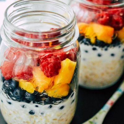 Mic dejun cu fulgi de ovaz si fructe