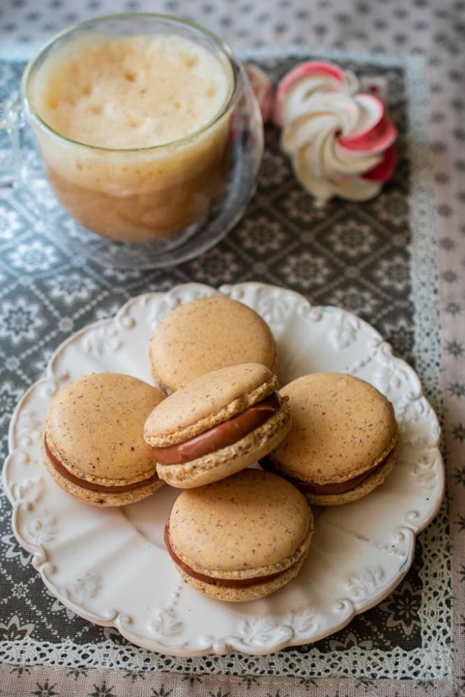 Macarons cu alune si ciocolata